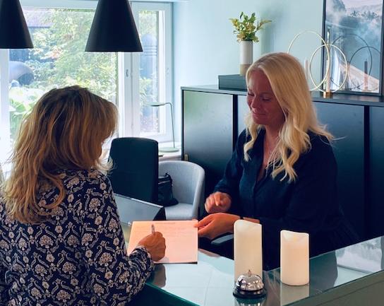 Personalen i receptionen på City Office kontorshotell i Stockholm hjälper till